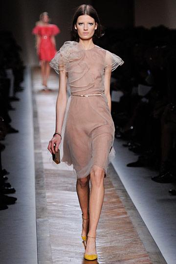 Фото женщина в прозрачном платье
